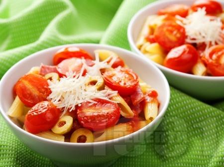 Паста с домати, доматен сос, зелени маслини, чесън и сирене пармезан - снимка на рецептата
